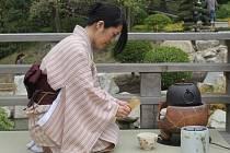 Miyuki Dopita při čajovém obřadu.