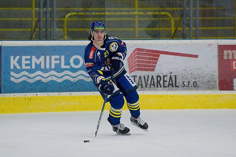 Hokejisté Přerova (v modrém) doma podlehli Ústí nad Labem 0:1. Robert Černý.