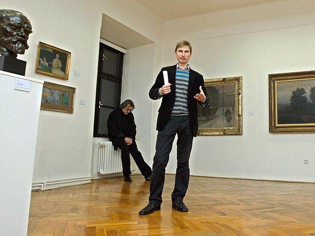 Ředitel krajské galerie ve Zlíně Václav Mílek převedl v pátek 6. prosince zájemce novou výstavou obrazů ze sbírek galerie. Tématem komentované prohlídky byl vztah umělců k alkoholu.