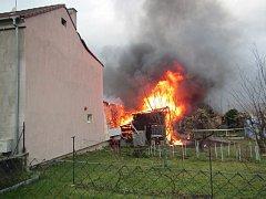 V Malenovicích hořela chata, sousedům popraskala okna