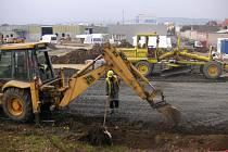 Do konce roku by dělníci měli dokončit stavbu nového Obchodního centra v Otrokovicích. Slavnostní otevření je plánované před koncem prvního čtvrtletí příštího roku.