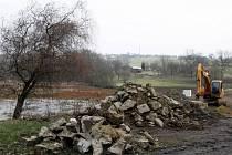 Oprava hráze rybníku v Prštném ve Zlíně.