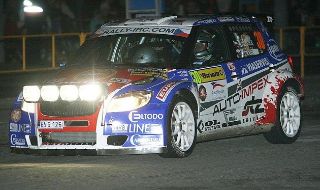 Účastníci 40. ročníku Barum Czech Rally Zlín v pátek večer absolvovali úvodní RZ v centru Zlína, kterou s náskokem dvou sekund vyhrál obhájce prvenství Jan Kopecký.