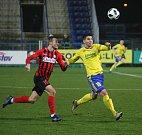 Prvoligoví fotbalisté Fastavu Zlín (ve žlutém) v sobotním 16. kole v odvetě doma hostili nováčka z Opavy. Na snímku Gajič
