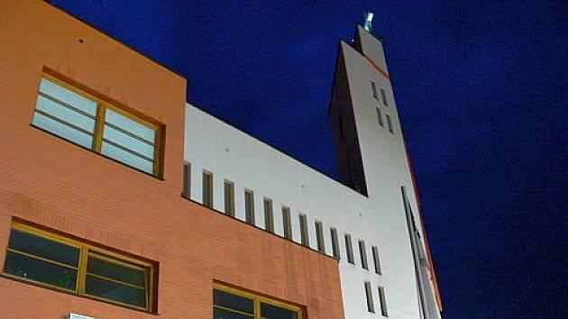 Hasiči a záchranáři zasahují u pádu řeholníka z věže kostela na Jižních Svazích