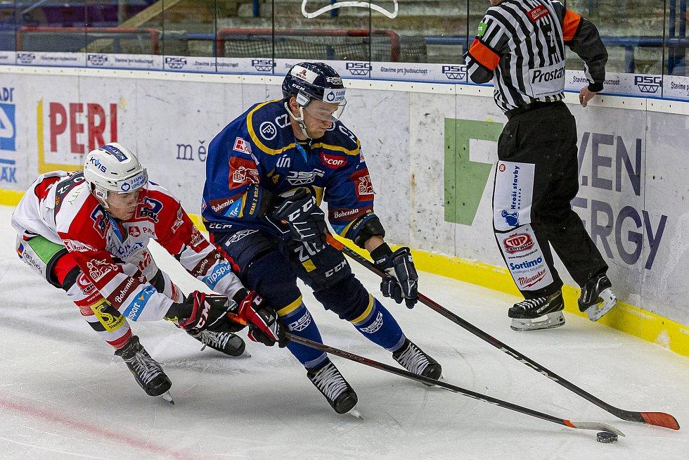 Extraligoví hokejisté PSG Berani Zlín (v modrém) v rámci 43. kola doma vyzvali Pardubice. Na snímku Dufek