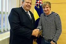Zpěvák Petr Kotvald se v pondělí odpoledne setkal s hejtmanem Zlínského kraje Stanislavem Mišákem, aby se dohodli na spolupráci při dvou charitativních koncertech, které se uskuteční 13. prosince v otrokovickém hotelu Atrium.