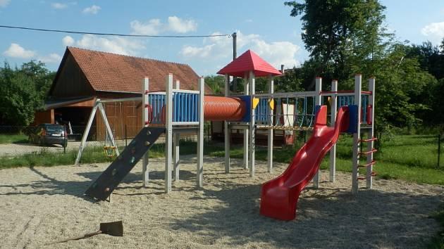 PŮVODNÍ STAV. Teprve nedávno vybudované hřiště pro děti v Lipové se stává terčem vandalů.