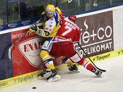 Extraligoví hokejisté Zlína (ve žlutém) v rámci 5. rozhodujícího zápasu předkola play-off v neděli 13. března hostili Oceláře Třinec.