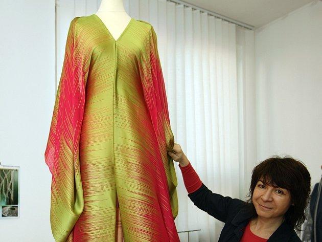 Šaty z hedvábí a mušelínu od zlínské návrhářky Šárky Šiškové