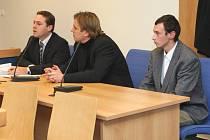 Podvodníci Pavel Šenk z Holešova (uprostřed) a Pavel Zapletal z Chvalčova