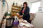 Sčítání hlasů volebního okrsku č.25  ZUŠ ve Zlíně. Dagmar Butnikošarovská připravuje občerstvení.