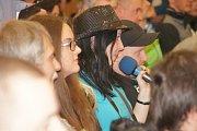 Fanoušci rallye se na želechovické rally besedě dobře bavili, ale také dražbou pomohli dobré věci