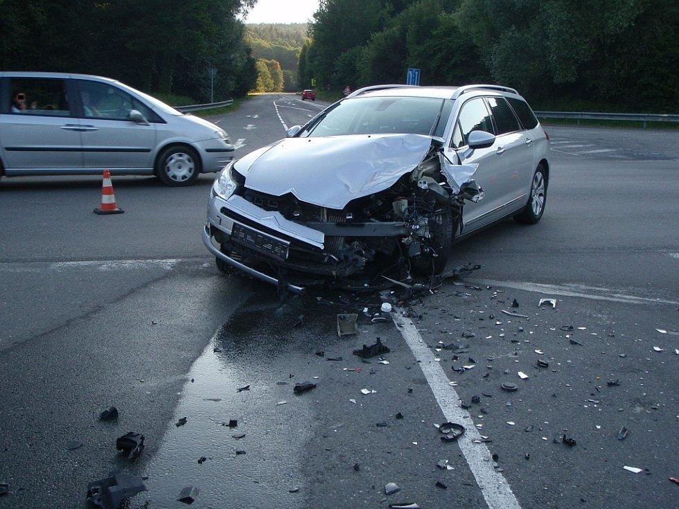 K dopravní nehodě auta a motocyklu došlo na křižovatce silnic, u čerpací stanice v části Zlín – Vršava.