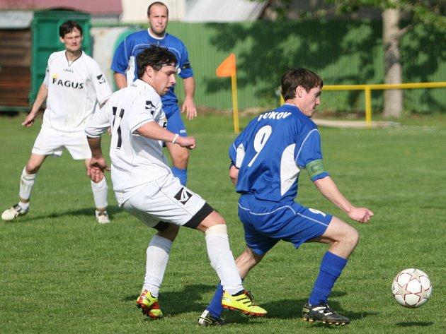 Fotbalisté Lukova (v modrém) proti Podkopné Lhotě.