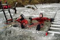 V jezeře Bagrák hasiči otestovali obleky do nepříznivých podmínek.