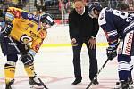 Extraligoví hokejisté PSG Berani Zlín (ve žlutém) ve 2. kole, domácí premiéře sezony hostili Vítkovice. Na snímku slavnostní bully Ernesta Bokroše.