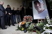 Zlínské náměstí Míru ve středu 14. září zaplnili lidé, kteří přišli uctít památku tragicky zesnulého hokejisty Karla Rachůnka.