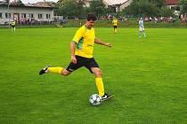 Fotbalisté Štípy (ve žlutých dresech) v derby nestačili na Kostelec a před slušnou návštěvou zaslouženě prohráli 2:4.