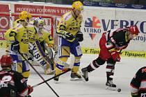 Extraligoví hokejisté Zlína (ve žlutém) ve 49. kole doma vyzvali Hradec Králové.