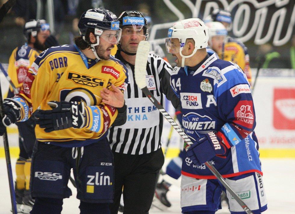 Extraligoví hokejisté PSG Berani Zlín (ve žlutém) po reprezentační přestávce v rámci 21. kola doma hostili Kometu Brno. Na snímku Claireaux - Plekanec