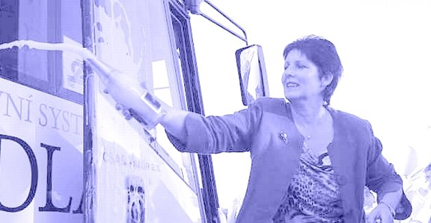KŘEST. Vínově červený a bílý je autobus, který od včerejška převáží cestující mezi Napajedly a Otrokovicemi. Starostka Napajedel Irena Brabcová jej v neděli pokřtila růžovým šampaňským.