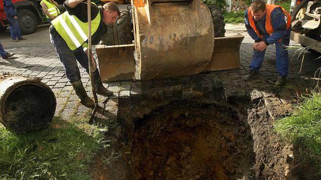 Ilustrační foto. Kvůli prasklému potrubí se ve čtvrtek 2. září  2010 propadla ve Zlíně v Mostní ulici vozovka.