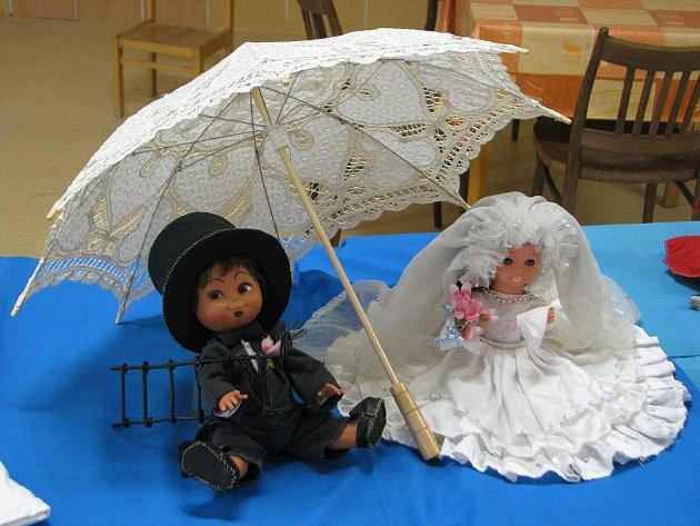 Nejen jarmarkem žil o víkendu Fryšták. V jídelně tamní základní školy vzniklo doslova království panenek. Nejrůznější barbíny, krojované, svatební nebo dokonalé sběratelské panenky přivábily pozornost nejednoho zvědavce.