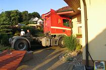 Opilý řidič úmyslně najel s kamionem do domu svého známého.