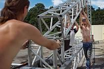 Vizovice/ Přípravy na vizovický hudební festival Trnkobraní vrcholily ve čtvrtek 18. srpna. V areálu destilérky Rudolfa Jelínka vyrostl hudení stage a stany pro občerstvení.