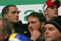 BYLY TO NERVY. V civilu a v hledišti sledoval zlínský útočník Petr Holík (nahoře vpravo) společně s Antonínem Honejskem (vlevo) pět zápasů.