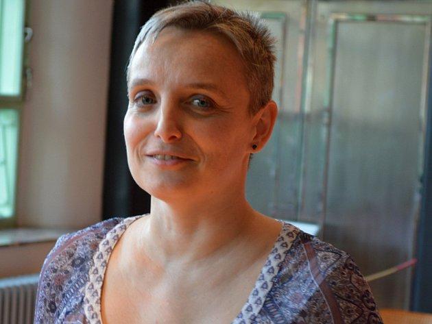 Hana Jurajdová je usměvavá žena, která už při pohledu vypadá laskavě a vlídně. Je jedna z pěstounů, kteří mají dětem z dětských domovů co ještě nabídnout.