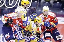 Hokejové utkání Tipsport extraligy v ledním hokeji mezi HC ČSOB Pojišťovna Pardubice (v červeném) a PSG Zlín (ve žlutomodrém) v pardubické Tipsport areně.