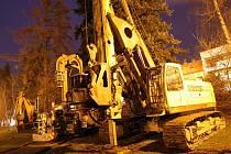Stavební stroje v parku za divadlem ve Zlíně