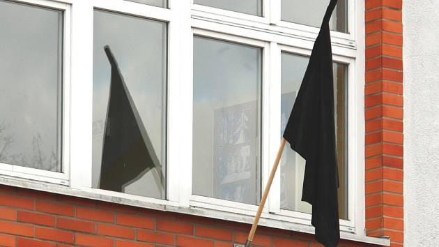 Černá vlajka v těchto dnech visí na ZŠ Emila Zátopka.