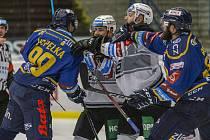 Extraligoví hokejisté Zlína (v modrém) v dohrávce 9. kola po týdnu opět vyzvali hráče Karlových Varů.