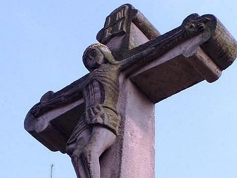 Starý otrokovický kamenný kříž s dosud nerozluštěným historickým nápisem