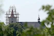 Na vrcholu kostela se rýsuje nová kopule