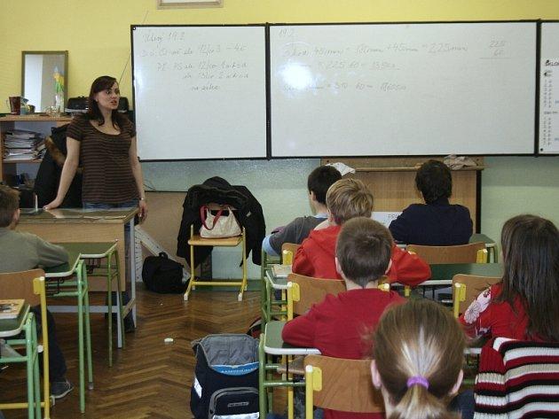 Na každou přednášku chodí policisté v uniformách. Lucie Javoříková tu svou ale včera žákům nemohla ukázat. Kvůli rostoucímu těhotenskému bříšku se už totiž do žádné nevejde.