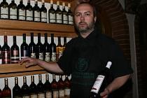 RÉVOVÉ ZLATO. Tomáš Polách nabízí ve své vinotéce okolo osmdesáti odrůd z Moravy.