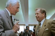 Pětadvacátého dubna 1996 prezident Václav Havel navštívil Zlín a galerii Nový zlínský salon. Právě tam se také setkal s cestovatelem Miroslavem Zikmundem.