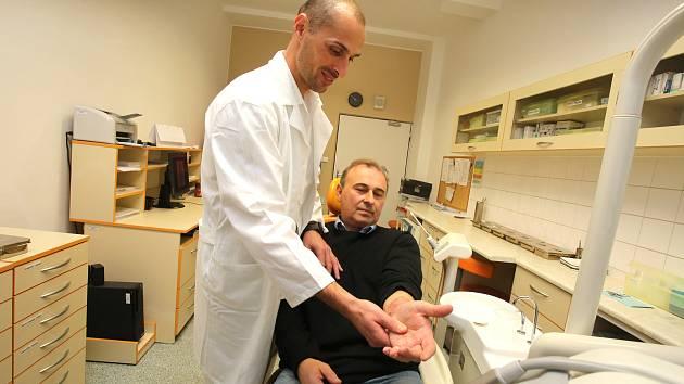 Krajská nemocnice T. Bati,  primář Jiří Šimekna snímku s pacientem Josefem Kozubíkem