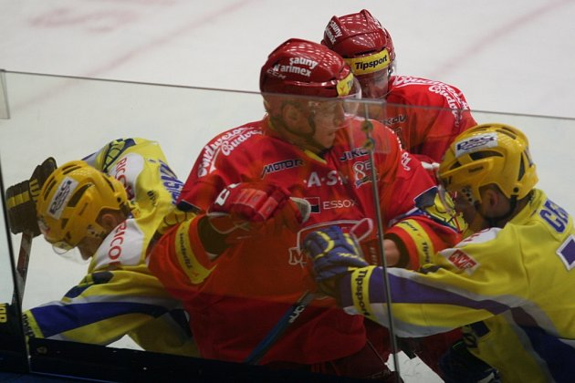 Extraligoví hokejisté Zlína (ve žlutém) proti Českým Budějovicím.