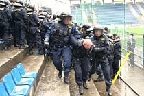 Stovka pořádkových policistů z různých okresů policejní správy Jihomoravského kraje ve středu 17. dubna na zlínském fotbalovém stadioně nacvičovala zásah proti agresivním fotbalovým fanouškům.