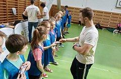 Jedinečnou možnost zatrénovat si se špičkovým sportovcem – českou badmintonovou jedničkou Adamem Mendrekem – měli ve středu žáci ZŠ Slušovice.