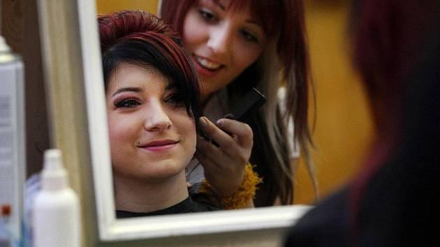 Střední škola oděvní a služeb ve Vizovicích ve středu 21. prosince zorganizovala pro své studenty kadeřnickou a kosmetickou soutěž Kalibr Cup.