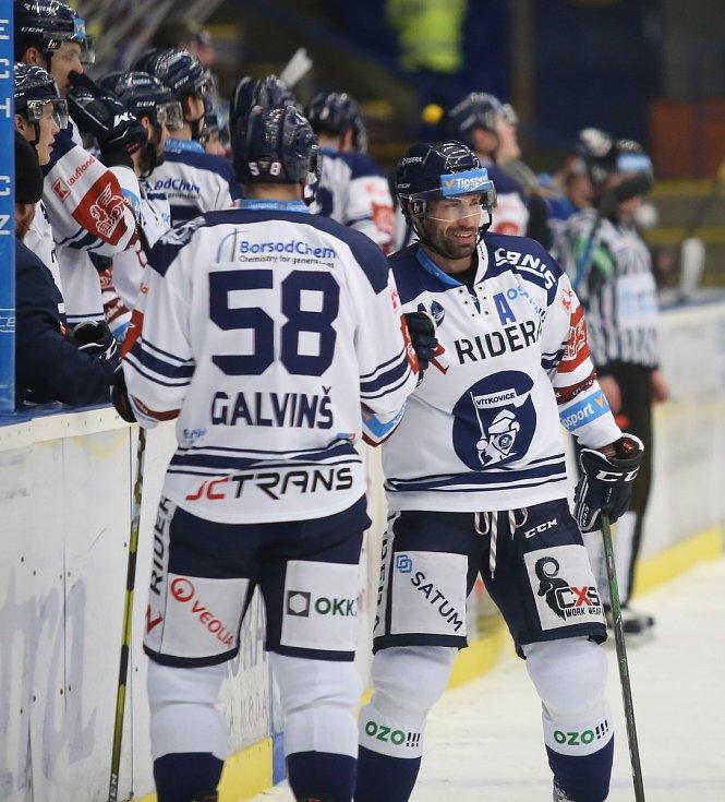 Extraligoví hokejisté Zlína (v modrém) v nedělním 49. kole vyzvali v moravském derby ostravské Vítkovice. Na snímku střelec branky Irgl.