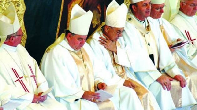 CÍRKEVNÍ HODNOSTÁŘI. Na pouti se letos modlili všichni katoličtí biskupové české země.