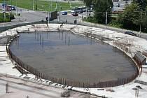 Po nedávných přívalových deštích zůstala na vrchní části stavby kongresového centra stát několikacentimetrová vrstva vody, které z dálky připomíná menší jezírko