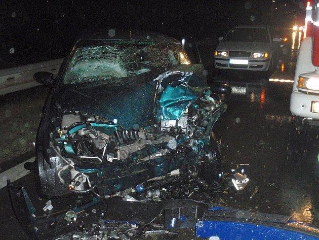 U kruhového objezdu ve Slušovicích se srazila dvě osobní auta Ford Focus a Š Felicia.